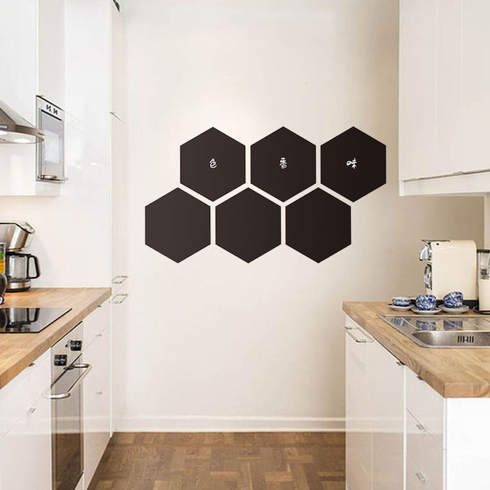 Tafellack in der Form von Bienenstock mit kleinen Aufschriften in der Küche
