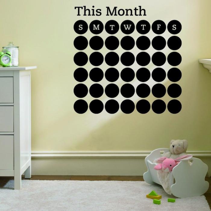 ein Kalender an der Wand des Kinderzimmers selber erstellen mithilfe von Tafelfarbe