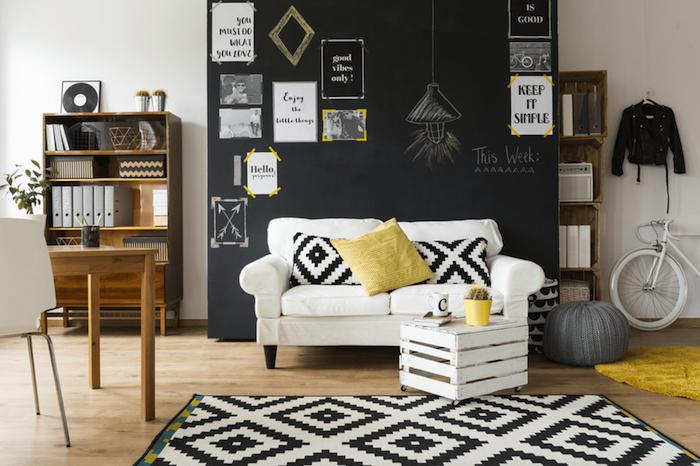 ein Wohnzimmer eine mit Tafelfarbe gestrichene Wand mit Zeichnung von einer Lampe