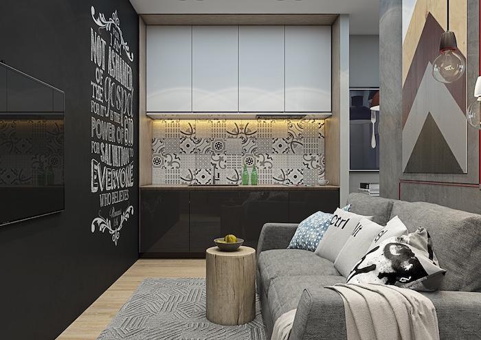 ein kleines Wohnzimmer einrichten mit einer Wand in Tafelfarbe mit großer Aufschrift