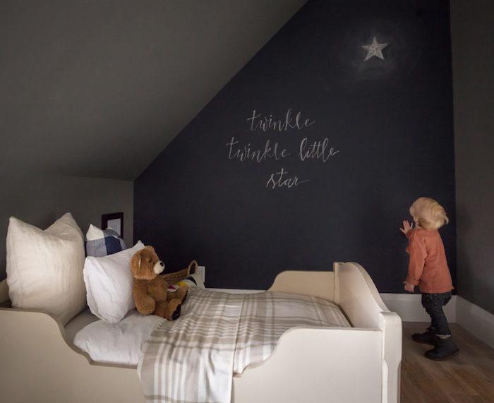 ein traumhaftes Kinderzimmer eine Wand in Tafelfarbe mit dem Märchen von dem Stern