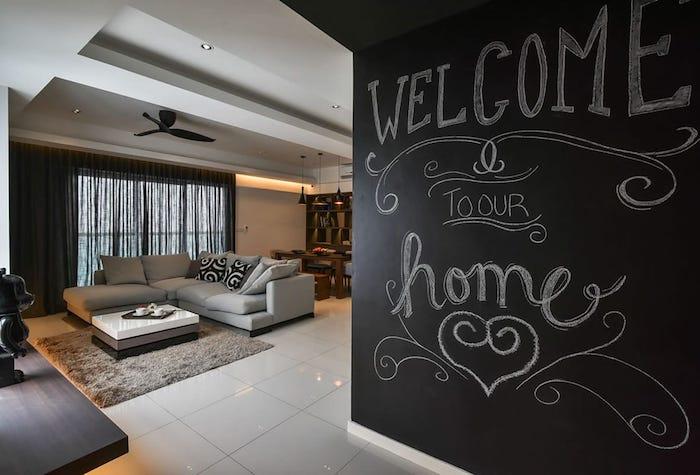 Willkommen steht an der Wand mit Tafelfarbe in einer modernen Wohnung