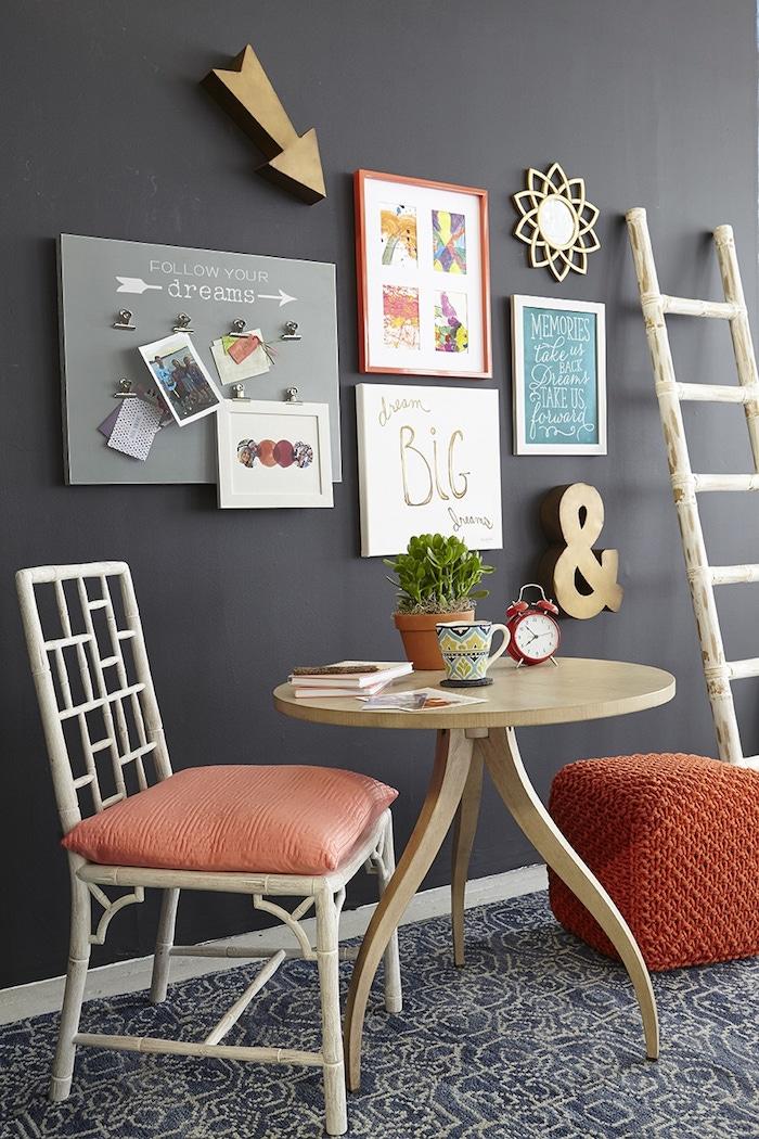 eine Wand in Tafelfarbe im Esszimmer mit vielen Bildern und ein Leiter als Dekoration