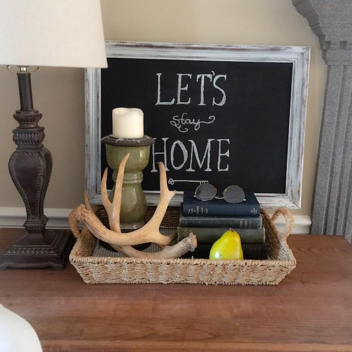 eine kleine Tafel in Rahmen mit einer Botschaft als Dekoration für Wohnzimmer