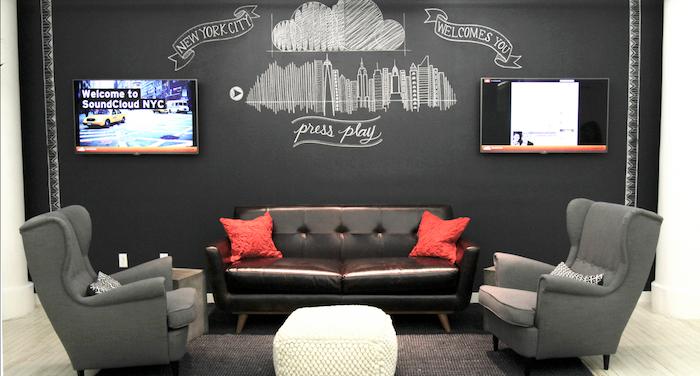 ein Wohnzimmer fertig für ein interaktives Spiel Taxi in New York dank der Tafelfarbe