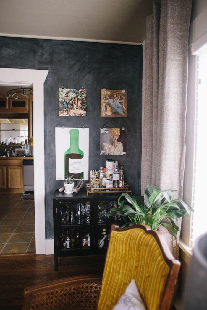 Magnetfarbe von Wand im Wohnzimmer mit viele verschiedene Bilder geschmückt