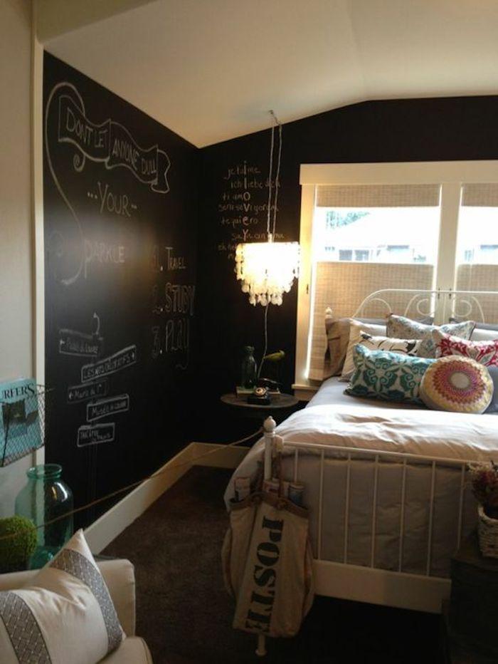 In einer Ecke zwei Tafelfolie Wände in einem Schlafzimmer Stil Shabby Chic