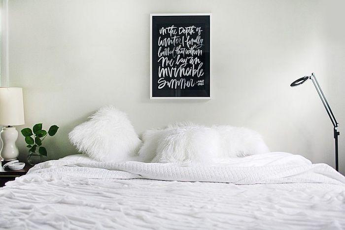 Tafelfolie in einem weißen Rahmen mit einem Gedicht mit Kreide darauf geschrieben