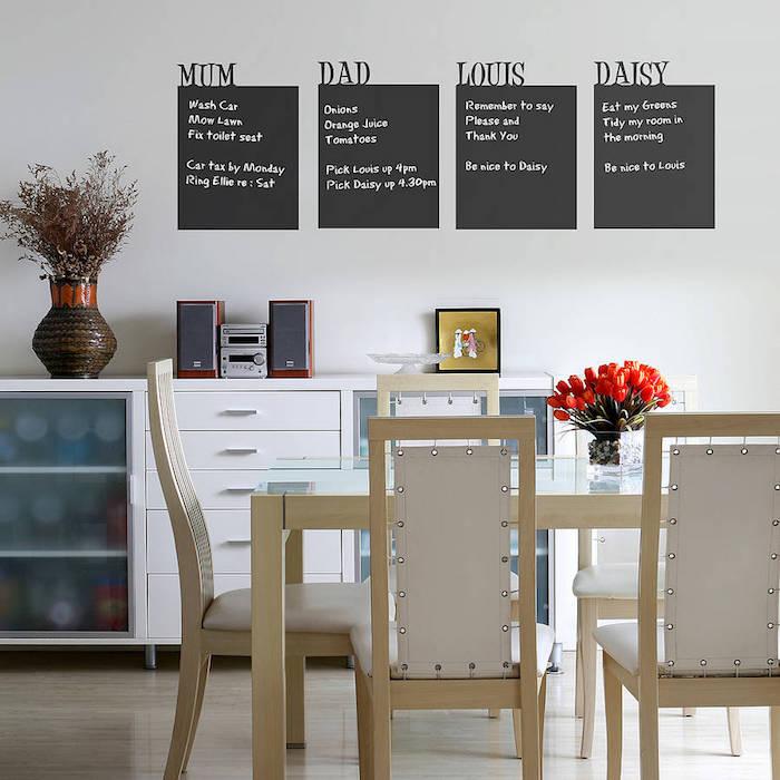 vier Stück Tafelfolie im Esszimmer mit den Aufgaben der ganzen Familie