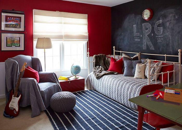 ein Wohnzimmer in dem Stil Shabby Chic mit einer Wand in Tafelfolie darauf eine große Aufschrift