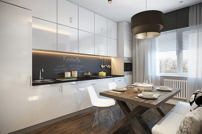 Tafelfolie über den Waschbecken, eine weiße Küche mit Esszimmer kombiniert