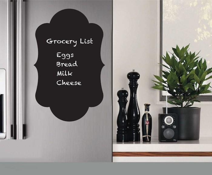 am Kühlschrank klebt man eine Tafelfolie mit einem Einkaufslist in ausgefallener Form