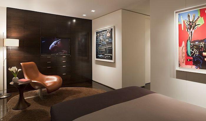eine Tafelfolie in weißer Rahmen in einem modernen Schlafzimmer mit Fernseher