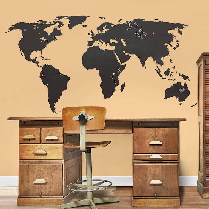 eine Weltkarte an der Wand von Tafelfolie im Arbeitszimmer, um die Reiseziele zu merken