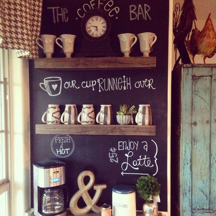 eine Ecke für Kaffee mit Kaffeemaschine und Tassen, mit Tafelfolie dekoriert