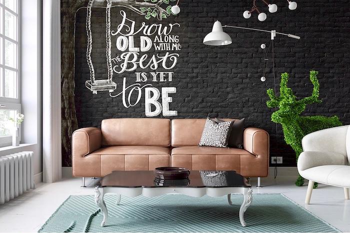 eine ganze Wand aus Backsteinen in Tafelfarbe gestrichen im Wohnzimmer