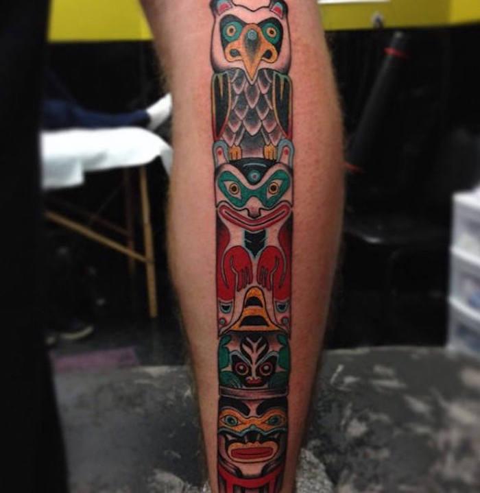 tattoo motive männer, mann mit farbiger tätowierung am bein