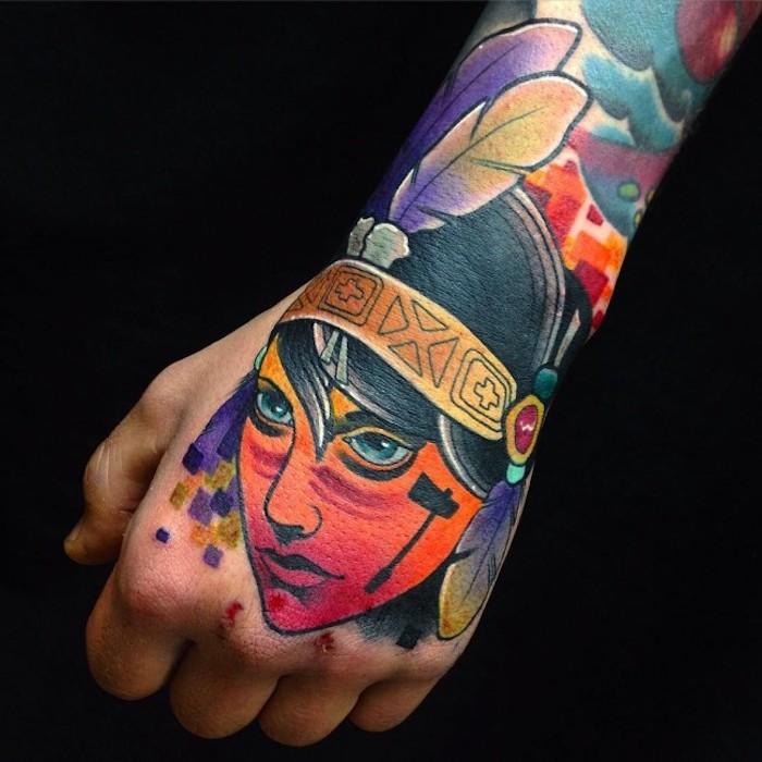 neo traditional tattoo am arm, frau mit indianischem kopfschmuck mit federn