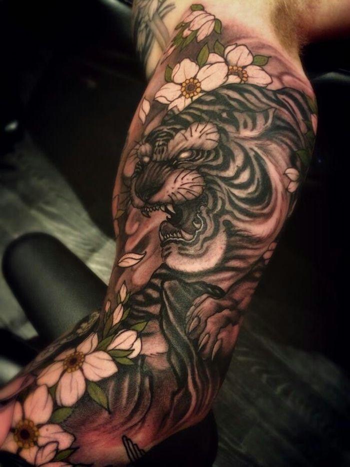 japanische tattoos, große tätowierung mit tiger-motiv in kombination mit kirschenblüten