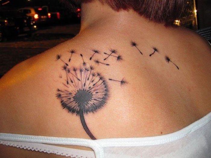 tattoo auf der schulter stechen lassen, tätowierung mit blumen-motiv