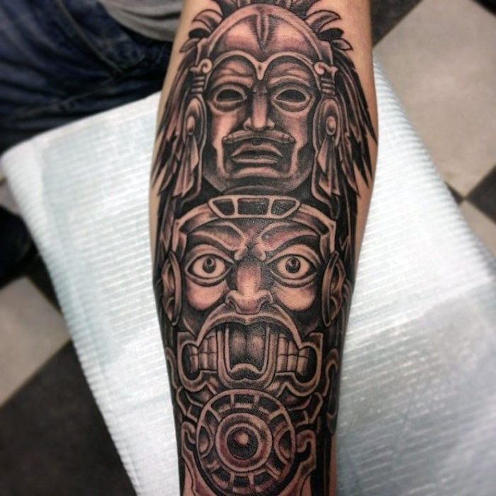 underarm tattoo mit indianischen motiven, indianische totems