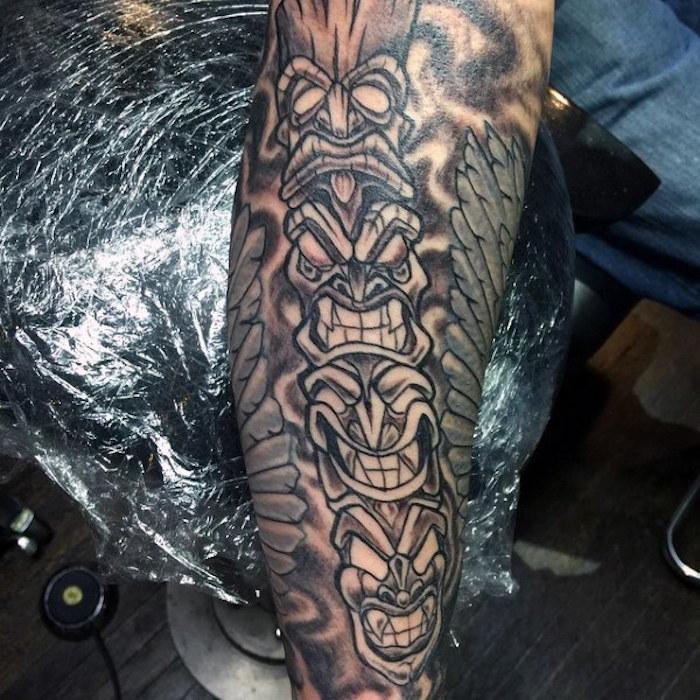 unterarm tattoo in schwarz und grau, tätowierung mit indianischen totems