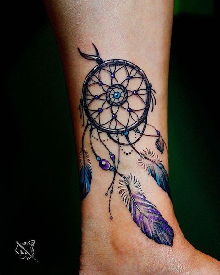 neo traditional tattoo am bein, traumfänger mit lila federn und perlen