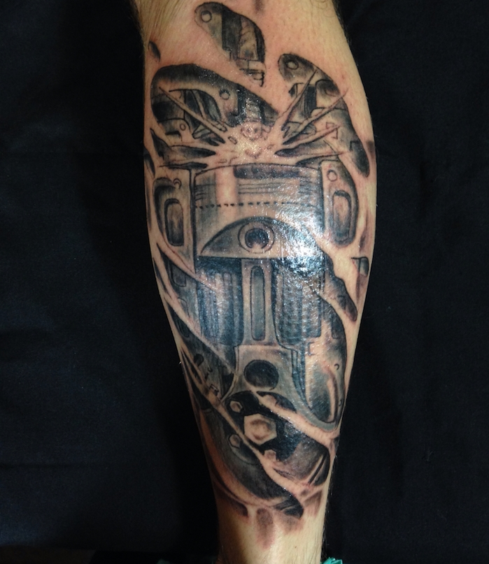 tattoo bein, schwarz-graue 3d tätowierung mit maschinenteilen