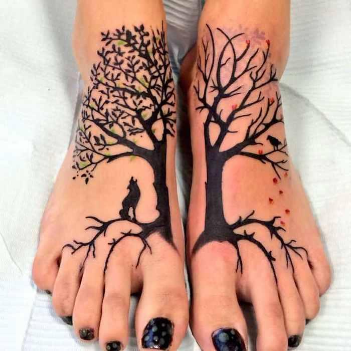 an den beiden Füße ein Baum des Lebens Tattoo aus zwei Teilen in zwei Jahreszeiten