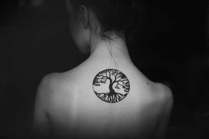 keltisches Tattoo in gerundeter Form Baum mit winzigen Blätter am Rücken
