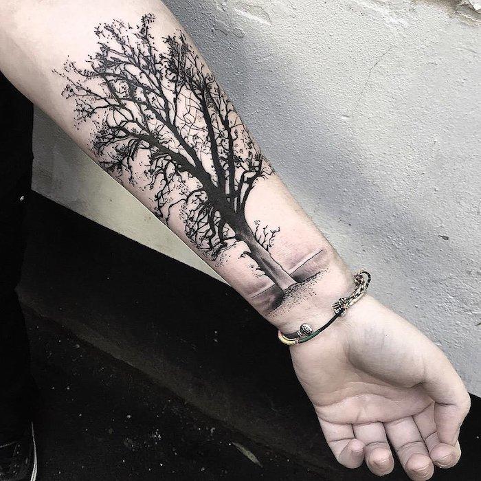 ein ganz realistisches Tattoo von Baum des Lebens Blackwork Tattoo
