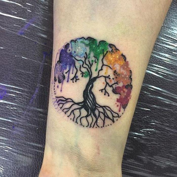 ein buntes Tattoo von Baum des Lebens in einigen frohen Farben