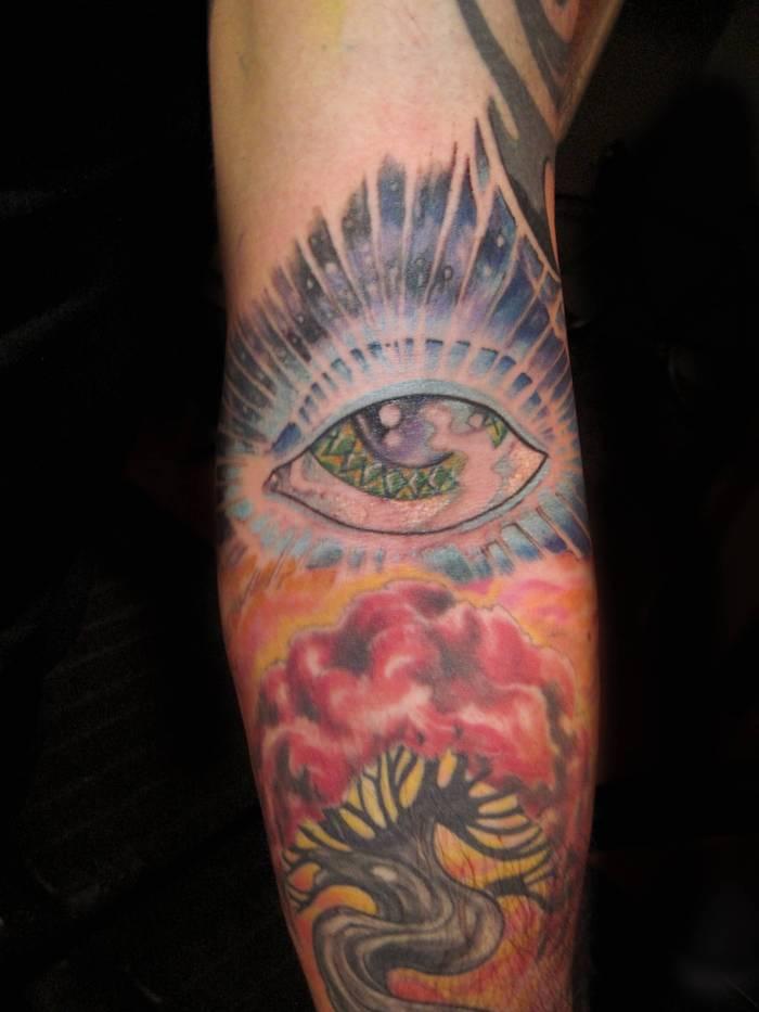 ein geheimnisvolle Tattoo mit vielen Symbole, darunter der Baum des Lebens