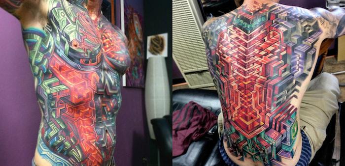 tattoo motive männer, mann mit großer farbiger tätowierung am oberkörper