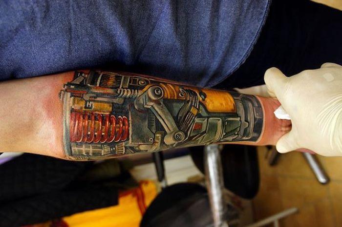 arm tattoo mann, farbige tätowierung am unterarm, tattoos für männer, biomechanik tattoo vorlagen