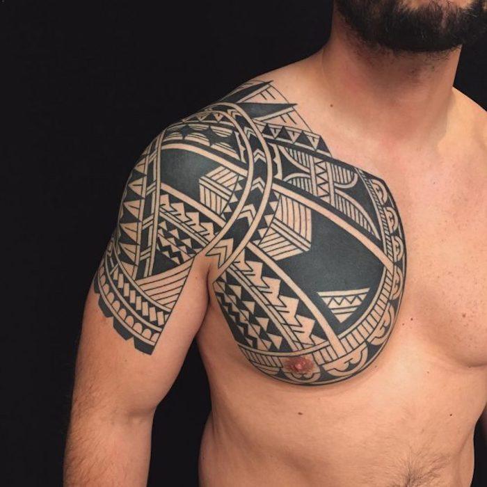 tattoo arten, mann mit schwarzer tätowierung am oberarm und brust