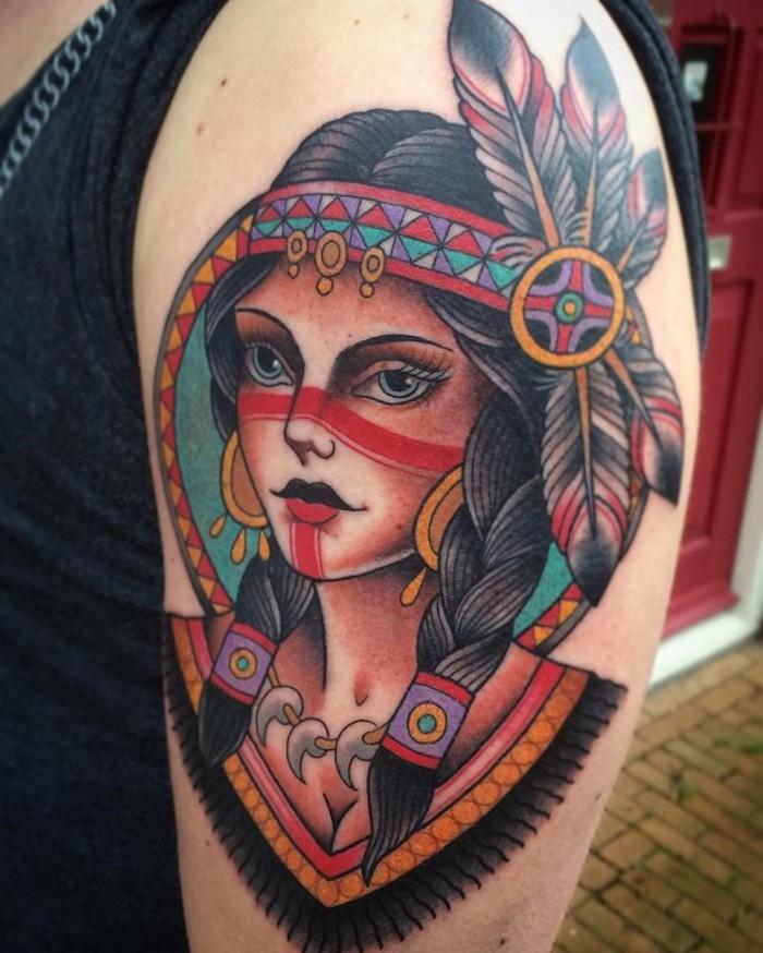 neo traditional tattoo am oberarm, frau mit indianischem kopfschmuck