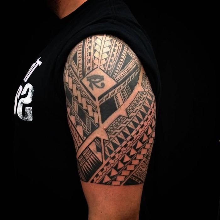 tattoo arten, mann mit schwarzem t-shirt und oberarm tattoo