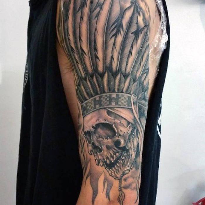tattoo motive männer, schädel mit indianer kopfschmuck am arm