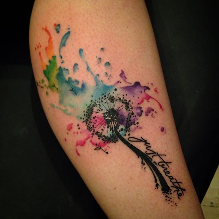 tattoo symbole, farbiges watercolor tattoo mit blumen-motiv am bein