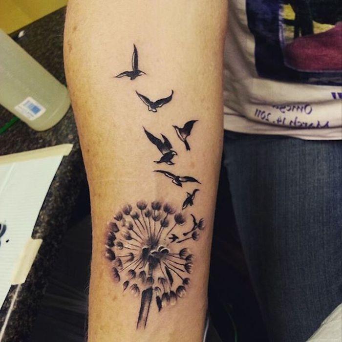 tattoo vogel, täwierung in schwarz und weiß am arm, pusteblume mit vögeln