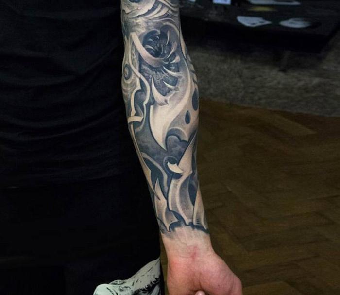 männer tattoos, sleeve tattoo in grau und schwarz, unterarm biomechanik tattoo