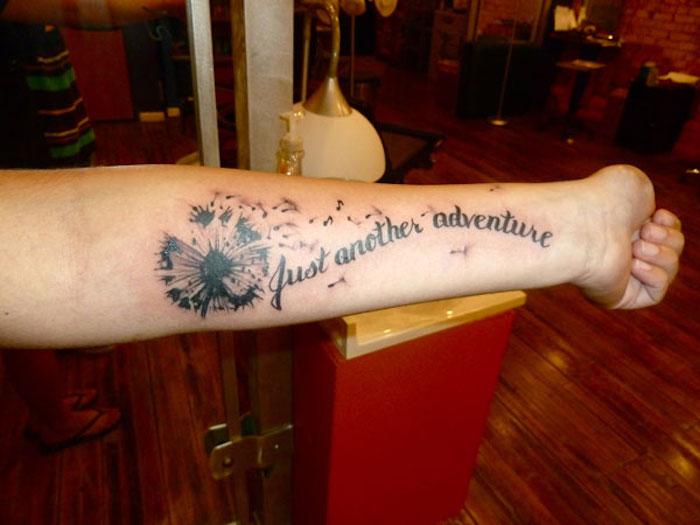 tattoos mit bedeutung, schwarz-graue tätowierung mit pusteblumen-motiv