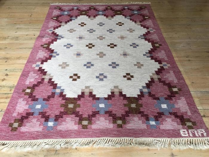teppich kurzflor beige mit dekorationen geometrische formen blumen lila farbe rosa blau
