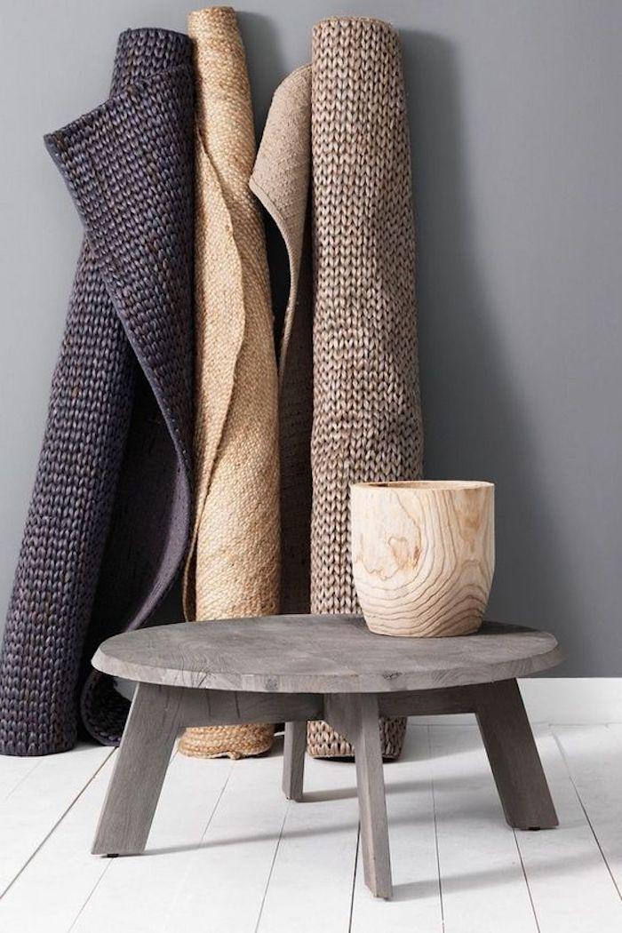 teppich gold idee drei teppiche in verschiedenen farben minitisch vase tischdeko idee