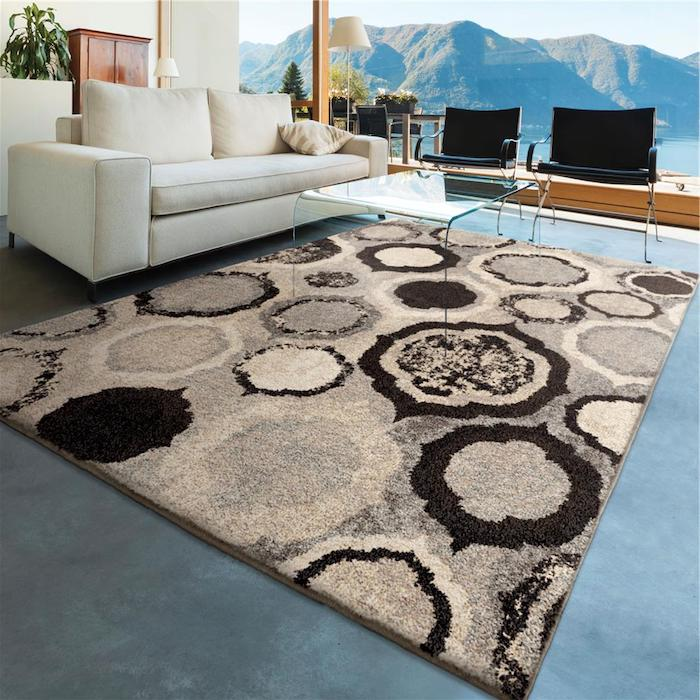 teppich ideen zum gestalten braun beige teppich idee weißes sofa gebirge fenster