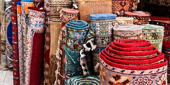 traumteppich ideen bunte gestaltungen teppich designs gerollte teppiche markt