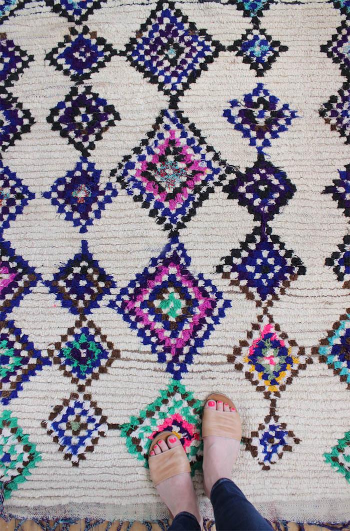 teppich kaufen schöne idee weiße grundlage blaue und lila dekorationen türkis farbe