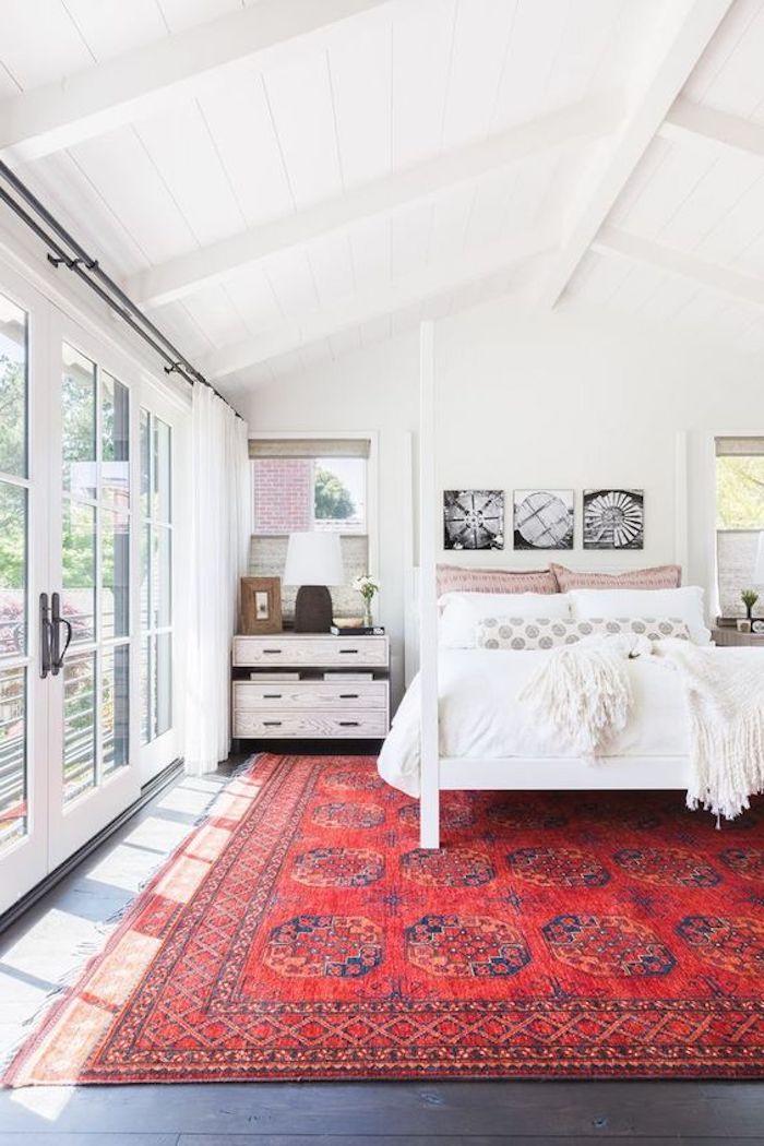 traumteppich design idee roter teppch farben imn schlafzimmer weißes bett