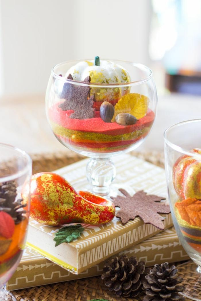 Glasbecher mit Eicheln, Zapfen und kleinen Kürbissen füllen, den Tisch herbstlich arrangieren, DIY Ideen